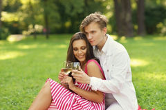 Unga par på picknicken Royaltyfri Foto