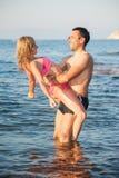 Unga par på stranden Arkivfoton