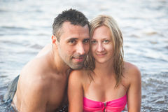 Unga par på stranden Royaltyfria Foton
