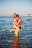 Unga par på stranden Arkivfoto