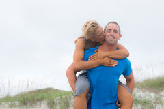 Unga par på stranden Royaltyfria Bilder