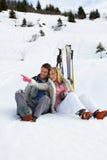 Unga par skidar på semester Fotografering för Bildbyråer