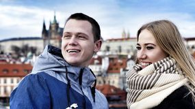 Unga par som är förälskade på bakgrunden av den Prague slotten arkivbild