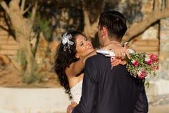 Unga par som dansar bröllopdansen Arkivbilder