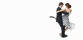 Unga par som dansar tangoen, vit bakgrund Royaltyfri Foto