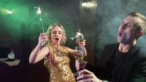 Unga par som dricker vin och dansar på ett parti stock video