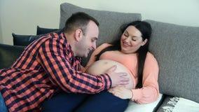 Unga par som förväntar en behandla som ett barn stock video
