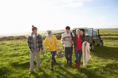 Unga par som går för picknick i bygd Royaltyfria Foton