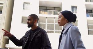 Unga par som går på gatan 4k lager videofilmer