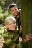 Unga par som har gyckel i park Royaltyfria Bilder