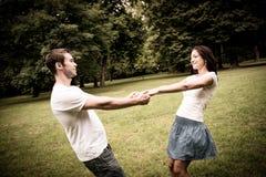 Unga par som har stor tid royaltyfri bild