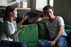Unga par som hemma talar om deras förbindelse arkivfoto