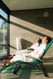 Unga par som kopplar av i wellnessbrunnsort Arkivfoton