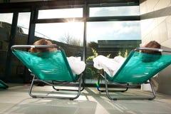 Unga par som kopplar av i wellnessbrunnsort Royaltyfri Bild