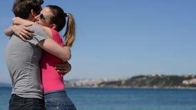 Unga par som in kramar och stirrar till varje andra ögon arkivfilmer