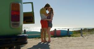 Unga par som kysser på stranden på en solig dag 4k stock video