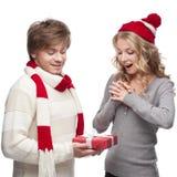Unga par som presenterar julgåvan Arkivfoto