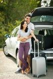 Unga par som är klara för vägtur Royaltyfri Foto