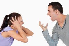 Unga par som ropar på varje annat Arkivfoton