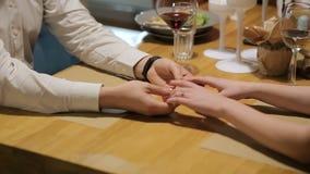 Unga par som rymmer händer, flörtar och har gyckel på matställedatumnatt på den gourmet- restaurangen