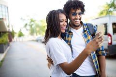 Unga par som tar en selfie och har rolig det fria arkivfoton