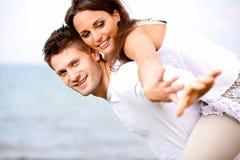 Unga par som tycker om deras sommarsemester arkivfoton