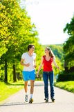 Unga par som utomhus gör sportar Fotografering för Bildbyråer