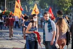 Unga person som protesterarpar i folkmassan som tillbaka ser under Gezi, parkerar angeläget protester i Ankara, den Kizilay fyrka royaltyfria bilder