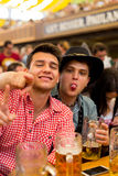 Unga pojkar firar Oktoberfest Royaltyfri Fotografi