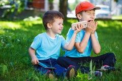 Unga pojkar med trådlös smartphone- och minnestavlagoodwill arkivbilder