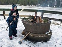 Unga pojkar på vinterpicknick Arkivfoton