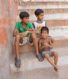 Unga pojkar som ser lyckligt kameran Royaltyfri Foto