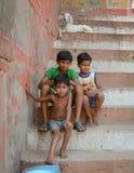Unga pojkar som ser lyckligt kameran Arkivfoton