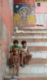 Unga pojkar som ser lyckligt kameran Royaltyfri Bild