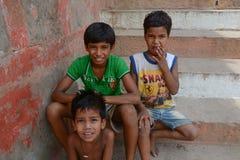 Unga pojkar som ser lyckligt kameran Fotografering för Bildbyråer