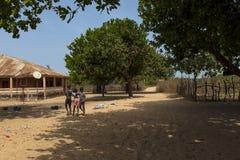 Unga pojkar som spelar på byn av Eticoga i ön av Orango arkivbilder