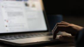 Unga pojkehänder genom att använda på hemmastatt slut för bärbar dator upp Pojke som använder bärbara datorer arkivfilmer