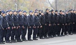Unga poliser i bildande royaltyfri foto