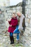 unga posera kvinnor Fotografering för Bildbyråer