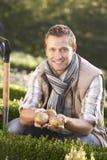 unga posera potatisar för trädgårds- man Fotografering för Bildbyråer
