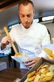 Unga potatisar för kockportiongrillfest i en mat åker lastbil Royaltyfri Fotografi