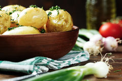 Unga potatisar i en platta Arkivfoto