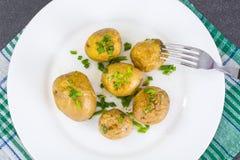 Unga potatisar som lagas mat med hud Arkivbilder