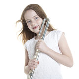 Unga röda haired flickahåll blåser flöjt i studio Arkivfoton