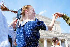 Unga röda head kvinnadanser Royaltyfria Foton