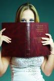unga röda whis för härlig bokflicka arkivfoto