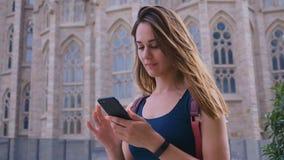 Unga resande flickor som går i staden och använder smartphone, attraktiv kvinna som reser i Barcelona, Spanien, långsam stock video