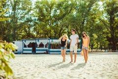 Unga roliga grabbar i solglasögon på stranden Vänner tillsammans Arkivfoton