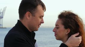 Unga romantiska par i moderiktiga kläder på datumet som tycker om ögonblick av closeness på havs- eller havbakgrund Kvinna med lo lager videofilmer