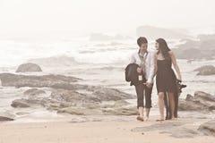 Unga romantiska par som går Long Beach Royaltyfria Foton